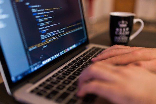 プログラミング言語を習得すると就職や転職に有利
